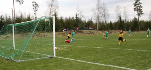 Bildtext: Arman Ashtiani gör det viktiga 1-0, duktige målvakten Phlip Lindberg blir överlistad