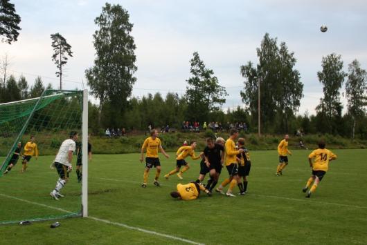 Horda fick stundtals till en bra press. Här har Widerberg manglat gamle storspelaren (Alvesta GIF) Tomas Nilsson , liggande, men bollen är då redan bortnickad av Tomas.