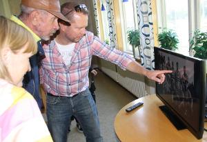 Nämen titta, är det inte...bildspelet med AIK-historia rönte mycket intresse. Här familjen Nilsson som känner igen gamla lirare.