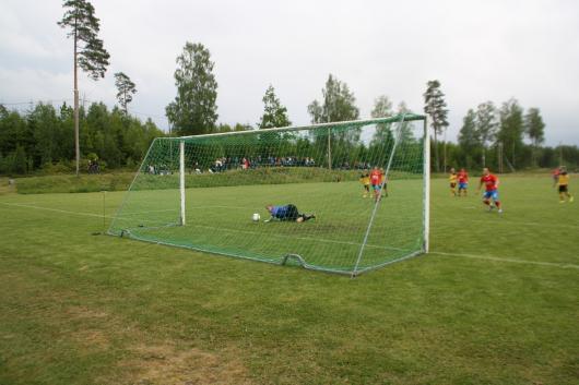 Fin räddning. Simon haglund gör en blixtparad på straffen , bollen slår sedan i stolpen och ut. Ingen Hordaspelare verkar bry sig, så Ernad Sadiki kan klämma in 0-2.