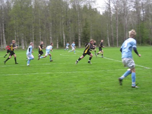Ett typiskt scenario från matchen : Delary stormar fram i snabb anfallsvåg och lägger som så ofta ut bollen till nr 5 Möller. Lägg märke till att tre blå spelare helt saknar uppvaktning. Foto: TL