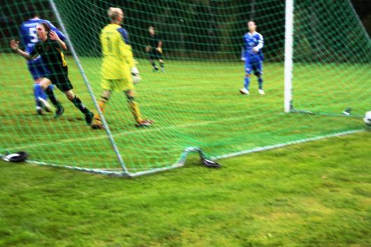 Fredrik Wall hade deltagit i förspelet till Hordas 1-0 och fick sedan göra 2-0 i början av andra halvlek. Här jublar han när bollen ligger i nätet bakom duktige Laganmålisen Daniel Andersson