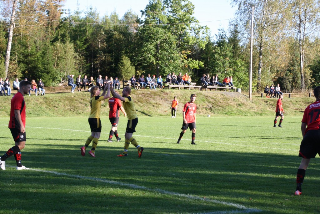 """Alfred Martinsson , tv och Henric Annmo """"lobbade"""" för fler mål. Alfred med foten och Henric med hvudet ( 1-1 resp 1-2)"""