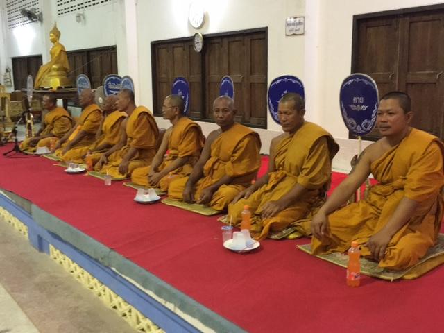 Torstens munkkompisar i Thailand ber för Horda och hoppas många kommer till  arenan som de skänkt namnet till och jobbar duktigt