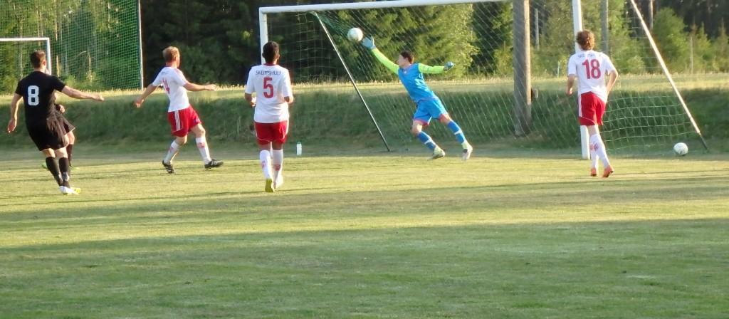 Kenan Arslanovic , nr 8, sätter med precision det viktiga 2-0 baom Skeppshults keeper. pass Franjo Misic