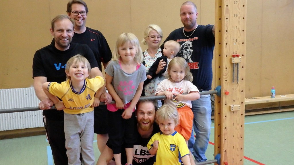 Glada föräldrar och barn på gympans avslutning. Allra gladast kanske; Johan Skoghäll , tittande fram i nedre raden