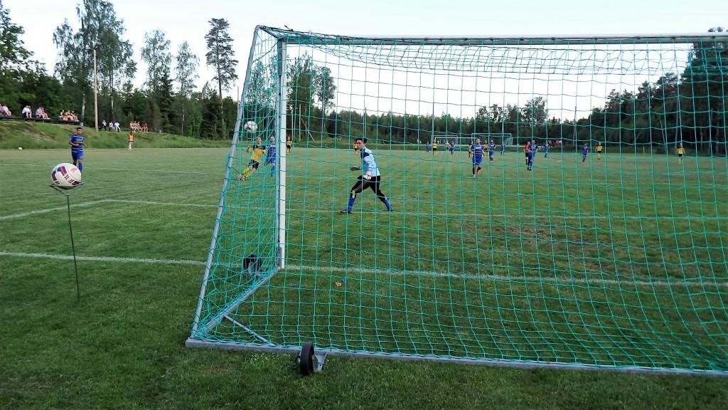 Franjo Misic har kommit loss och lägger bollen elegant i mål.