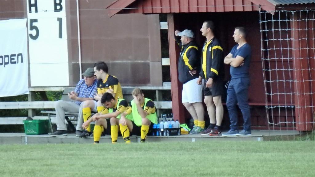 Tre coacher och tre trötta. Fr vänster utbytta Johan , som pratrar om Bo Görans internet , Aman, Emil och de tre musketörerna Ronny, Matthew och Assar - inte nöjda efter första halvlek