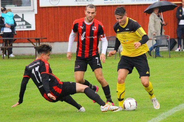 Kenan Arslanovic, här i duell med två Dardania-spelare.
