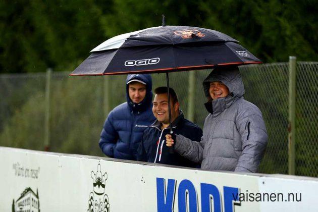 David med kompisar trotsade regnet