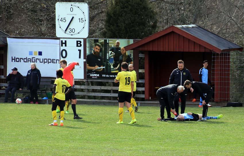 """Horda var hårda tyckte gästernas lagledare Christer Nilsson som här böjer sig över ett """"offer"""""""