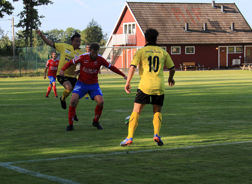 Chairat Seeon och Kushtrim Preteni spelade bra på mittfältet . Här omringar de en Agunnarydsspelare. foto: R Ulvedalen