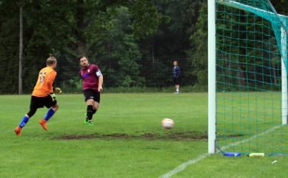 Anto ett par meter offside, stöter in 1-0 på pass Chairat . foto: Ronny Ulvedalen