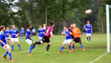 Fem Ljungbyspelare uppvaktar , men vem nickar med våldsa kraft bollen i nät - Jo Anto. foto: Ronny