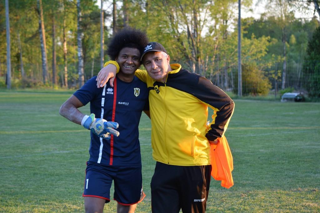 Tränaren och förre landslagsmålvakten Shpetim tackar Max efter matchen . foto: Phat Tran