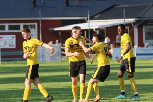Glädje efter 2-1 ; Yaya, Omar och  Edi gratulerar Jeton